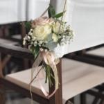 Bruidsbloemen aan stoelen